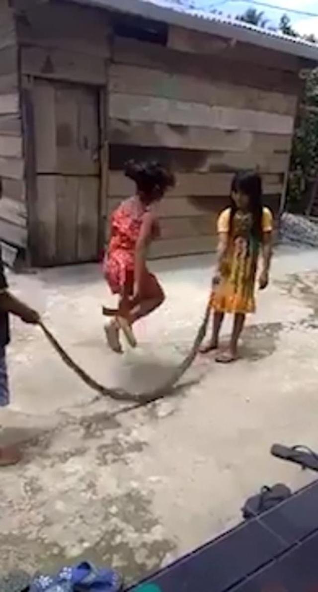 Video các em nhỏ Việt Nam vô tư chơi đùa với xác rắn lên báo Anh - 2