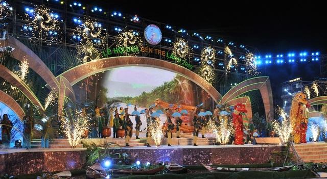 Hàng chục nghìn người đến xem lễ hội Dừa Bến Tre - 1