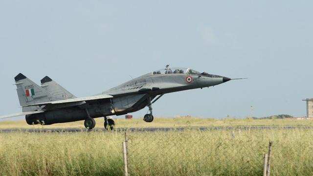 Video máy bay chiến đấu Ấn Độ bốc cháy trên không nghi do đâm phải chim - 1