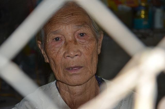 Xót xa cảnh cụ bà ngót 80 tuổi gánh chồng con trên đôi vai gầy xơ xác! - 6