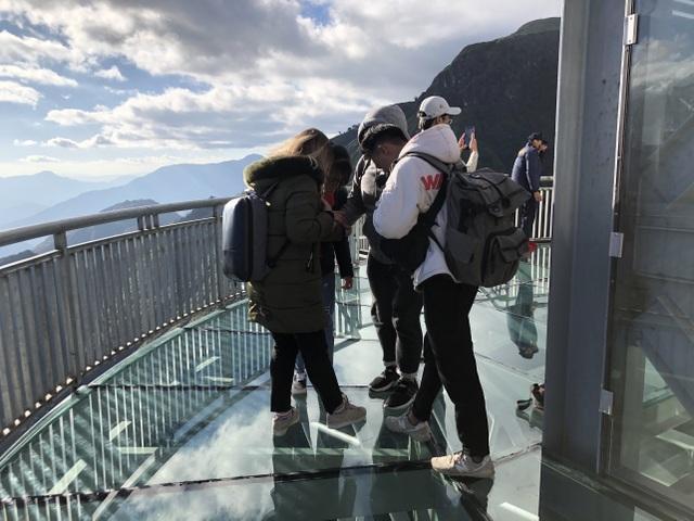 Du khách thích thú tham quan cây cầu kính cao nhất Việt Nam - 2