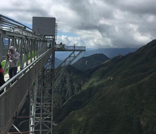 Du khách thích thú tham quan cây cầu kính cao nhất Việt Nam - 4
