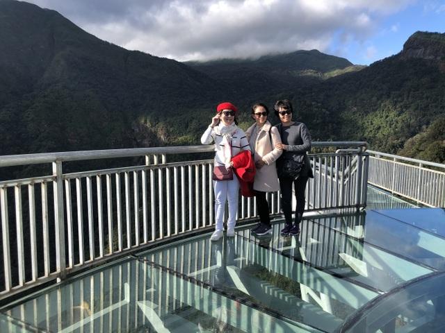 Du khách thích thú tham quan cây cầu kính cao nhất Việt Nam - 5