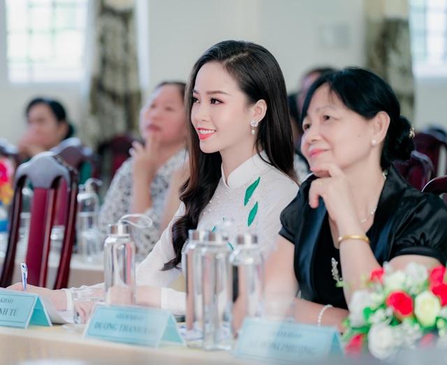 """Hoa khôi Thanh Tú xinh xắn làm giám khảo """"nét đẹp nhà giáo"""" - 3"""