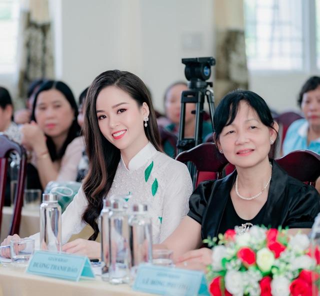 """Hoa khôi Thanh Tú xinh xắn làm giám khảo """"nét đẹp nhà giáo"""" - 4"""