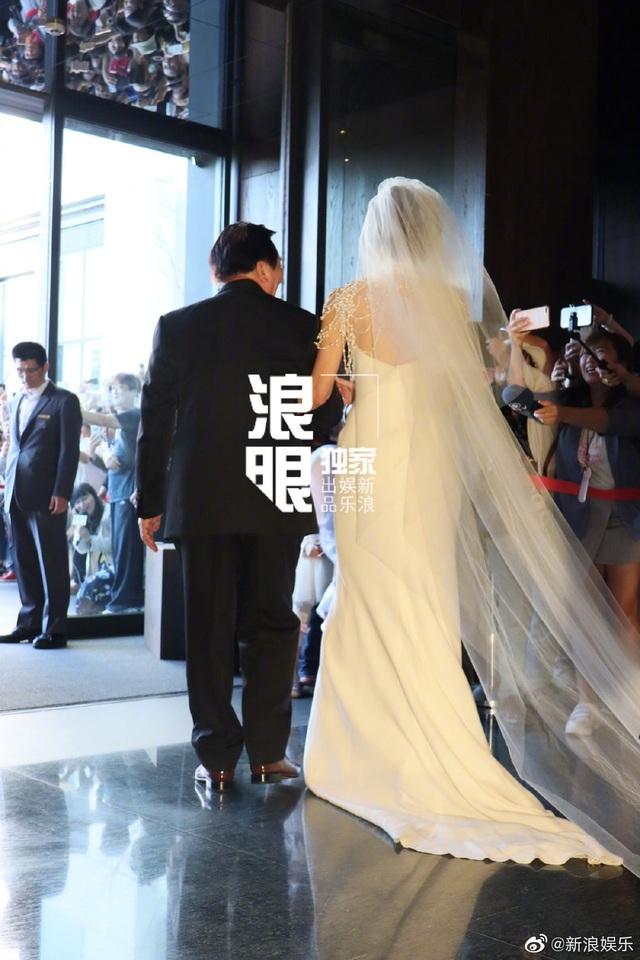 """Lâm Chí Linh diện váy cưới triệu đô, """"khóa môi"""" ông xã trong hôn lễ được chờ đợi - 11"""
