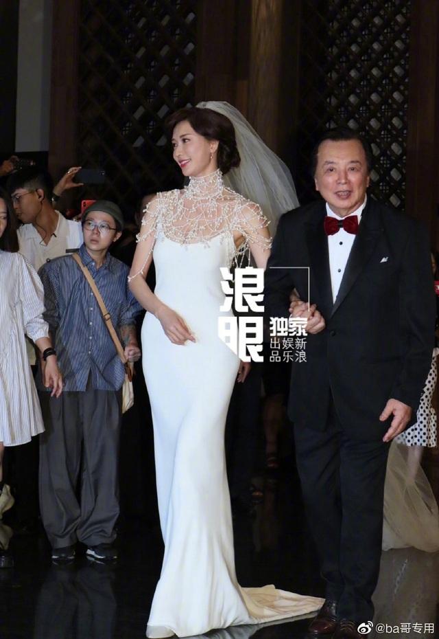 """Lâm Chí Linh diện váy cưới triệu đô, """"khóa môi"""" ông xã trong hôn lễ được chờ đợi - 9"""