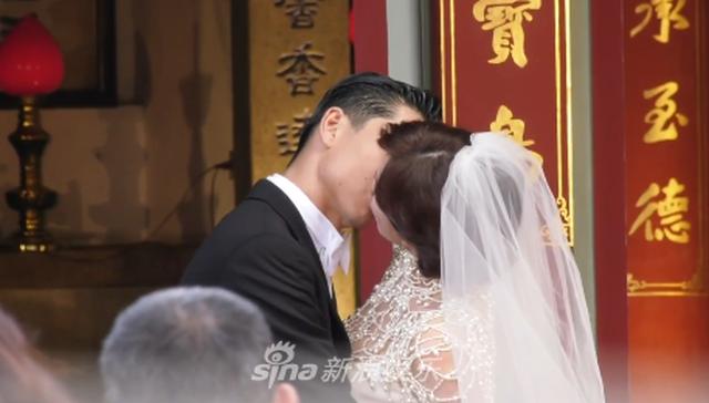 """Lâm Chí Linh diện váy cưới triệu đô, """"khóa môi"""" ông xã trong hôn lễ được chờ đợi - 2"""