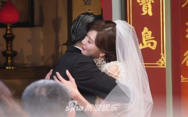 """Lâm Chí Linh diện váy cưới triệu đô, """"khóa môi"""" ông xã trong hôn lễ được chờ đợi - 1"""