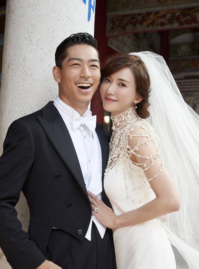 """Lâm Chí Linh diện váy cưới triệu đô, """"khóa môi"""" ông xã trong hôn lễ được chờ đợi - 6"""