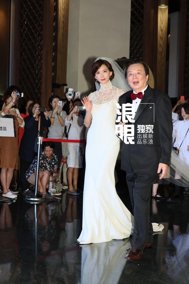 """Lâm Chí Linh diện váy cưới triệu đô, """"khóa môi"""" ông xã trong hôn lễ được chờ đợi - 8"""