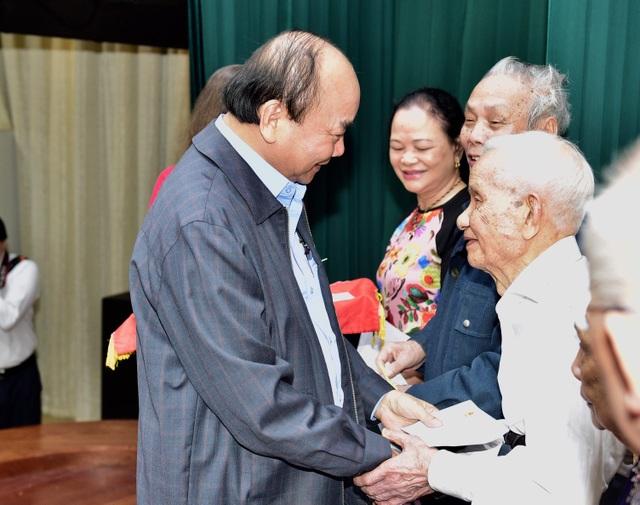Niềm vui của Thủ tướng khi không còn hộ nghèo lên nhận quà hỗ trợ - 1