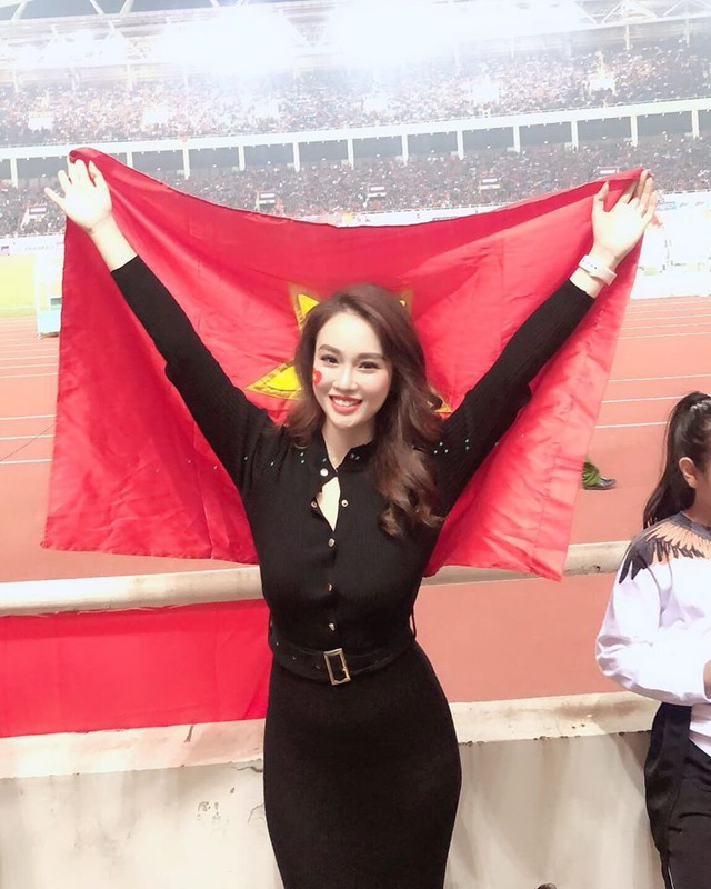 Nữ tiếp viên xinh đẹp dự đoán Việt Nam thắng Thái Lan 2-1 - 1