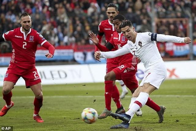 C.Ronaldo ghi bàn thứ 99, Bồ Đào Nha giành vé dự Euro 2020 - 7