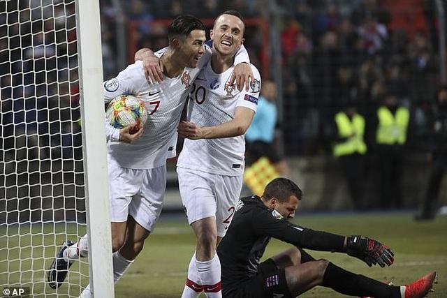 C.Ronaldo ghi bàn thứ 99, Bồ Đào Nha giành vé dự Euro 2020 - 6