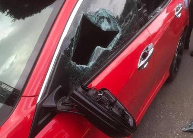 Khởi tố thầy chùa dùng gậy đập vỡ kính xe ô tô người đi đường - 2