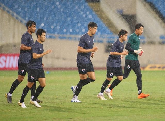 Đội tuyển Thái Lan đội mưa lạnh, lo lắng trước trận gặp Việt Nam - 10