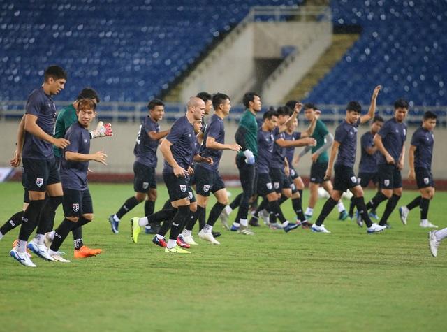 Đội tuyển Thái Lan đội mưa lạnh, lo lắng trước trận gặp Việt Nam - 9