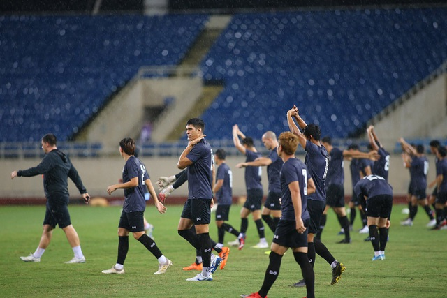 Đội tuyển Thái Lan đội mưa lạnh, lo lắng trước trận gặp Việt Nam - 3