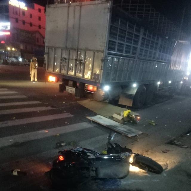 Xe tải tông liên hoàn khiến hai vợ chồng thương vong - 2