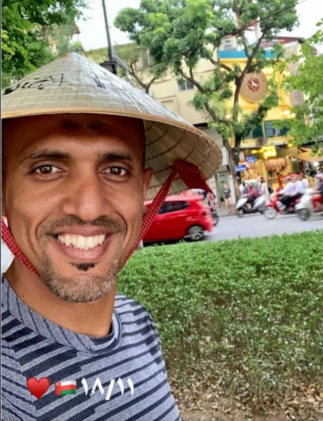"""Trọng tài bắt trận Việt Nam – Thái Lan đội nón lá, """"check-in"""" tại Hồ Gươm - 1"""