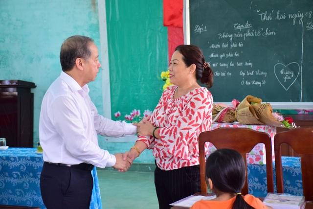 Chủ tịch tỉnh Thừa Thiên Huế thăm giáo viên lớp học tình thương - 3