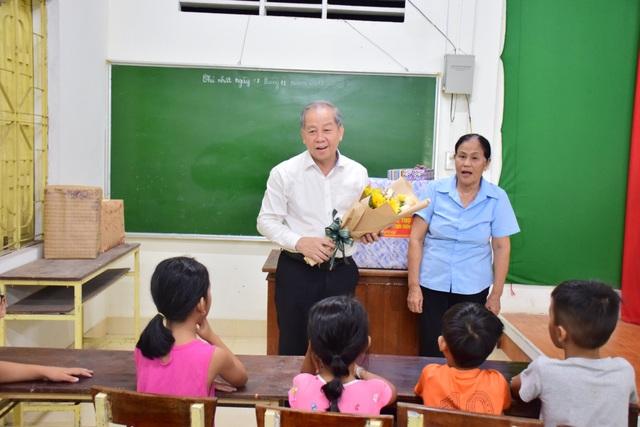 Chủ tịch tỉnh Thừa Thiên Huế thăm giáo viên lớp học tình thương - 1