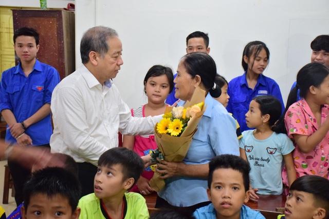 Chủ tịch tỉnh Thừa Thiên Huế thăm giáo viên lớp học tình thương - 2