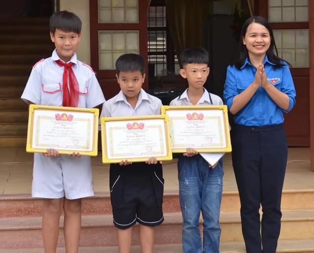 Khen thưởng nhiều học sinh nhặt được của rơi trả lại người đánh mất - 1