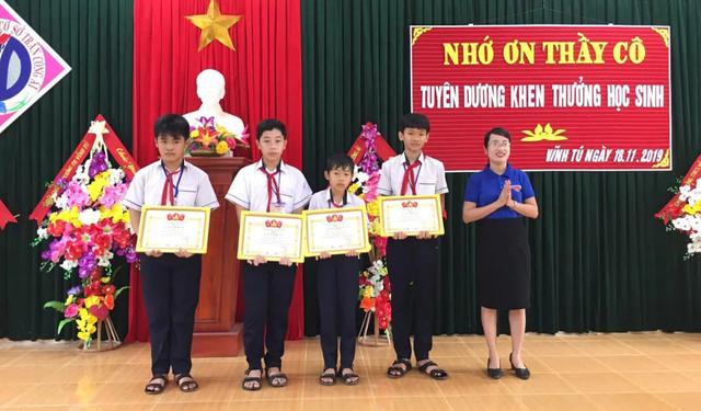 Khen thưởng nhiều học sinh nhặt được của rơi trả lại người đánh mất - 2