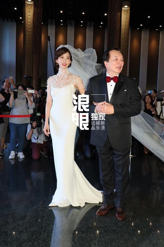 Lâm Chí Linh thay 5 chiếc váy trong hôn lễ được chờ đợi - 2