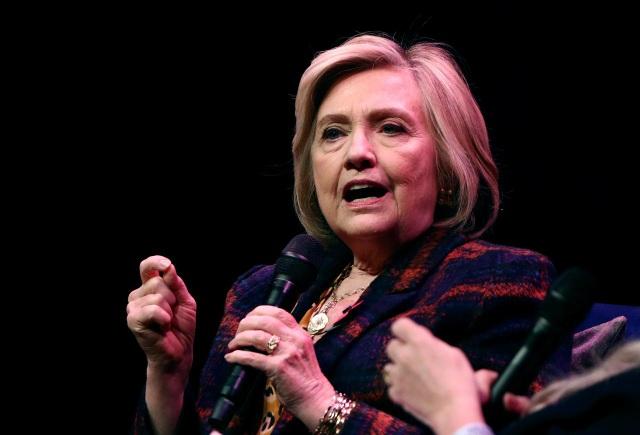 Máy bay chở bà Hillary Clinton hạ cánh khẩn cấp vì rung lắc, bốc khói - 1