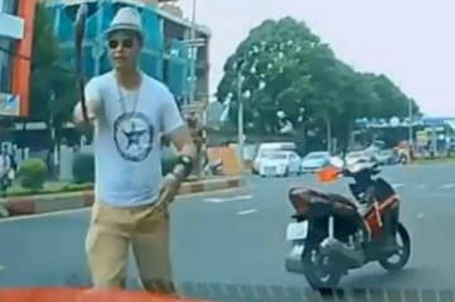 Khởi tố thầy chùa dùng gậy đập vỡ kính xe ô tô người đi đường - 1