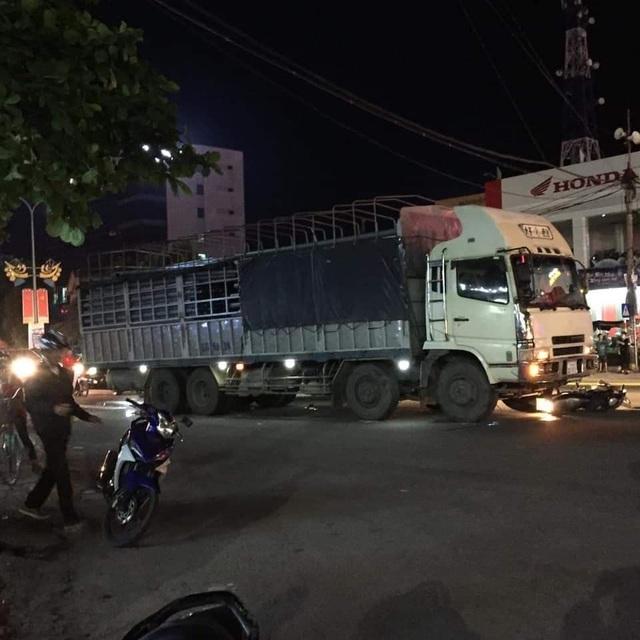 Xe tải tông liên hoàn khiến hai vợ chồng thương vong - 1