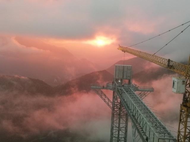 Du khách thích thú trải nghiệm cầu kính cao 500m, ngắm toàn cảnh Hoàng Liên Sơn - 5