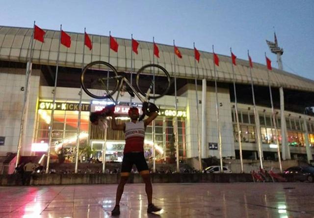 CĐV Thái Lan đạp xe 1400 km tới Việt Nam để tiếp lửa cho đội nhà