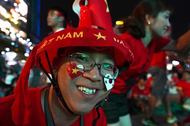 Không khí cổ vũ đội tuyển Việt Nam: Phố đi bộ Nguyễn Huệ đông nghẹt người - 2