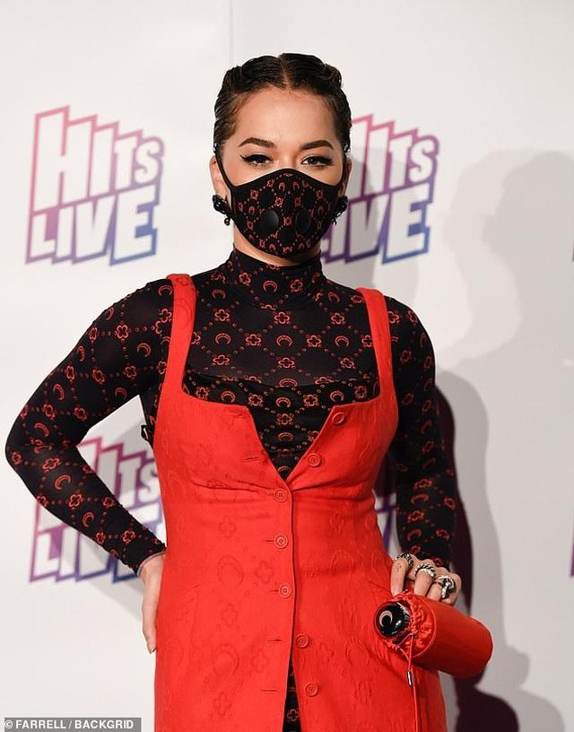 Nữ ca sĩ Rita Ora diện thời trang... khẩu trang đi dự sự kiện - 2
