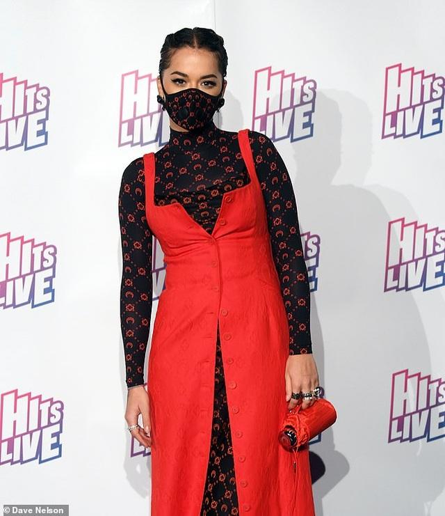 Nữ ca sĩ Rita Ora diện thời trang... khẩu trang đi dự sự kiện - 3