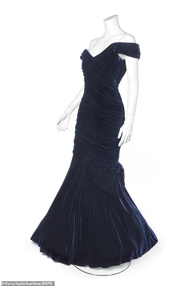 Chiêm ngưỡng chiếc đầm dạ hội có giá... 10,5 tỷ đồng - 1