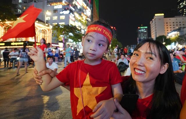 Không khí cổ vũ đội tuyển Việt Nam: Phố đi bộ Nguyễn Huệ đông nghẹt người - 4
