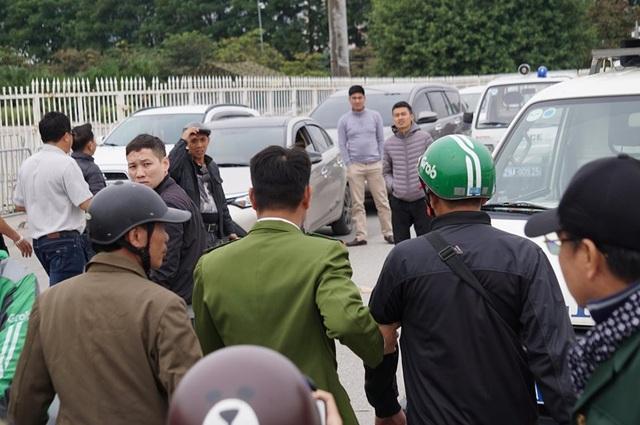 Người đàn ông bán vé lạ trận Việt Nam - Thái Lan bị đưa về đồn công an - 4