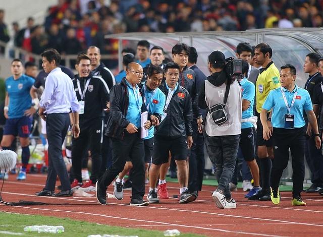 HLV Park Hang Seo nổi nóng và phản ứng với ban huấn luyện Thái Lan - 4