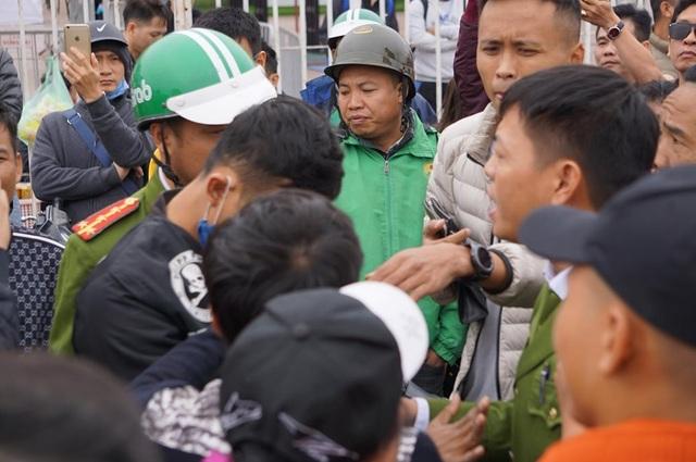 Người đàn ông bán vé lạ trận Việt Nam - Thái Lan bị đưa về đồn công an - 3
