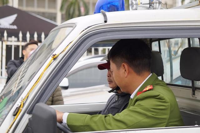 Người đàn ông bán vé lạ trận Việt Nam - Thái Lan bị đưa về đồn công an - 6