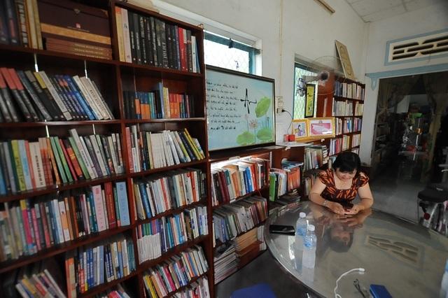 """Vợ chồng thầy giáo chắt chiu từng đồng thành lập """"thư viện"""" cho học sinh - 1"""