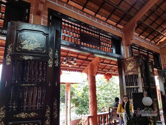 Biệt phủ bằng gốm đỏ có 1 không 2 ở Việt Nam của đại gia miền Tây - 17