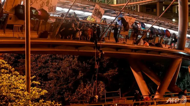 Lãnh đạo Hong Kong kêu gọi người biểu tình đầu hàng - 2