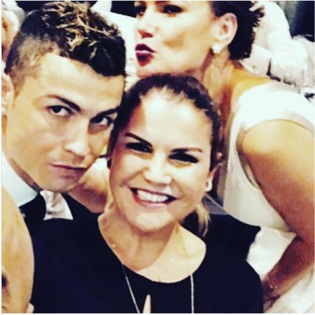 Bị HLV Juventus ghẻ lạnh, C.Ronaldo được hai chị gái xinh đẹp bênh vực - 2