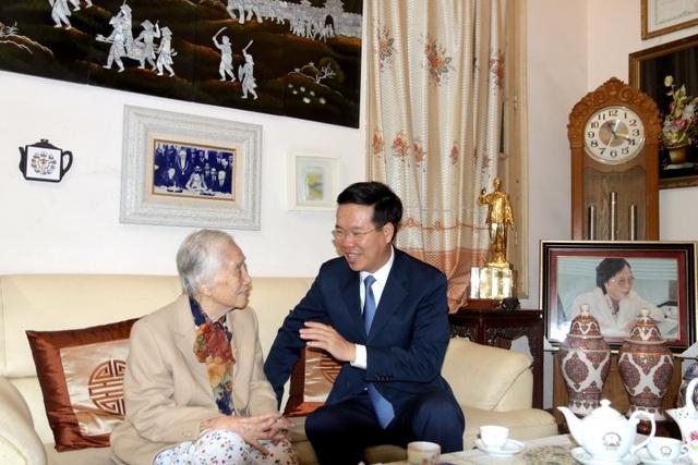 Trưởng Ban Tuyên giáo Trung ương thăm và chúc mừng cựu giáo chức nhân ngày 20/11 - 1